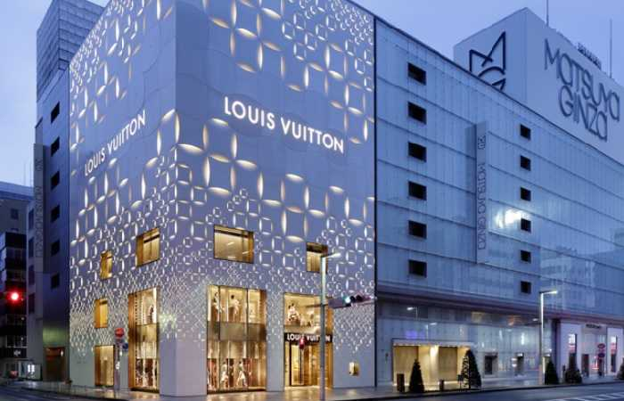 Здание LOUIS VUITTON в торговом квартале Гинза, Токио Япония